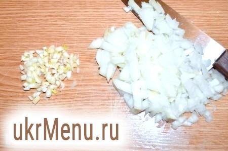 Фото - Ріпчасту цибулю і часник порізати. Обсмажити на суміші вершкового і рослинного масла до золотистого кольору.
