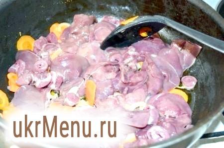 Фото - Курячу печінку ретельно промити, порізати на половинки, додати до овочів. Гасити, періодично помішуючи, 20 хвилин. За 5 хвилин до готовності посолити, поперчити, додати мускатний горіх і коньяк.