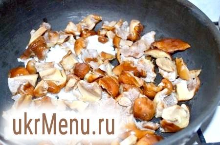 Фото - Другу цибулину і гриби порізати середніми шматочками, обсмажувати на оливковій олії до готовності (10-15 хвилин).