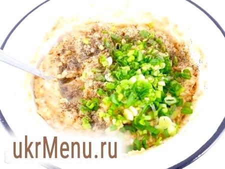 Фото - Цибуля зелена подрібнити і додати в паштет. Посолити і поперчити за смаком, влити оцет або сік лимона. Ретельно перемішати всю масу.