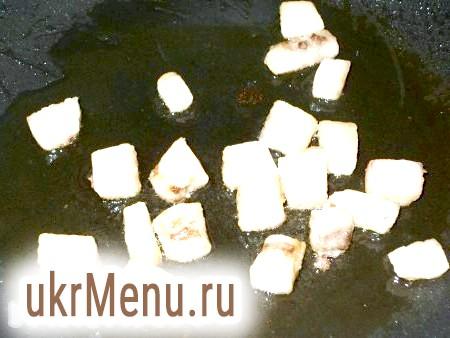 Фото - Сало порізати на невеликі шматочки і відправити на сковороду.