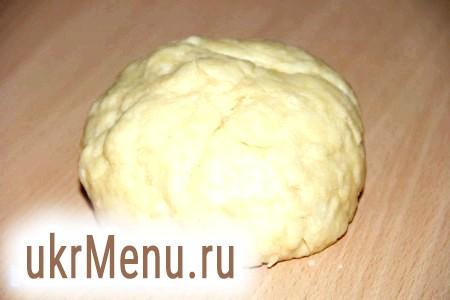Фото - У борошно додати сіль, маргарин і влити воду. Швидко замісити еластичне тісто.
