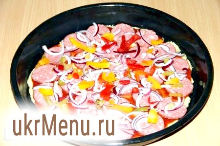 Фото - Цибулю і болгарський перець нарізати тонкою соломкою і викласти поверх ковбаси.