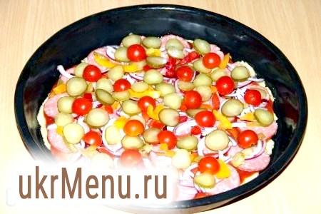 Фото - Потім викласти кружечки маринованого огірка і половинки помідорів чері.
