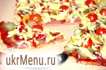 Фото - Поставити піцу в розігріту духовку і випікати при температурі 180 градусів приблизно 15-20 хвилин. Піцу з бездріжджового тіста можна подавати до столу.