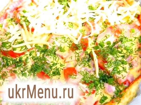 Фото - Посипаємо зеленню і тертим сиром. Поки гріється духовка, піца нехай постоїть, щоб тісто трохи піднялося. Випікаємо річну піцу 30-40 хвилин при температурі 200 градусів.