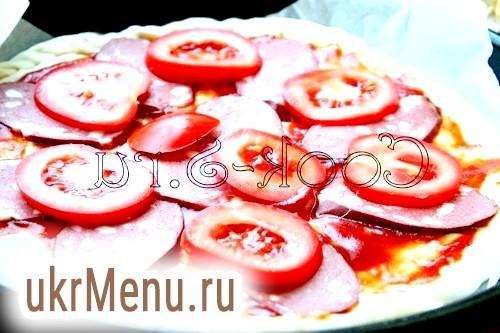 Фото - піца з помідорами, ковбасою та сиром