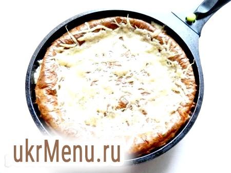 Фото - У духовці пиріг добре піднімається, але при охолодженні осяде. Готовий пиріг повинен бути щільним, але м'яким і мати яскраво виражений сирний смак.