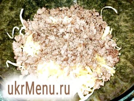 Фото - Коли підійде тісто, капусту, отжатую від виділився соку, змішуємо з обсмаженою фаршем.