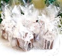 Фото - Крок №10 - Дахи будиночків посипаємо кокосовою стружкой.Для подарункового варіанту кожен будиночок загортаємо в целофан і зав'язуємо ленточкой.С наступаючими святами!