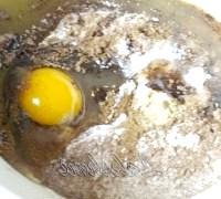 Фото - Крок №3 - До отриманої сухої суміші додати яйце, сметану і медову суміш.