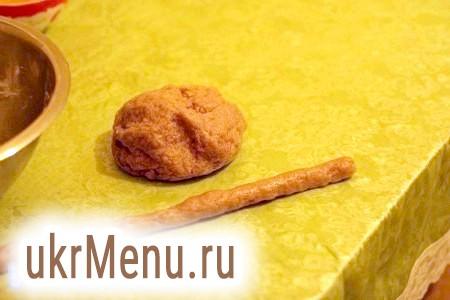 Фото - Відриваємо від тесту шматочок і розгортаємо його в ковбаску діаметром 1,5-2 см.