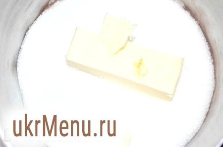Фото - Спочатку приготуємо штрейзель (посипання). Для цього в каструльці перемішати цукор і масло.