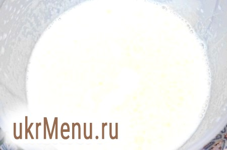 Фото - Яйця збити з цукром, ваніліном і сіллю протягом 5 хвилин. Додати сметану, знову збити.