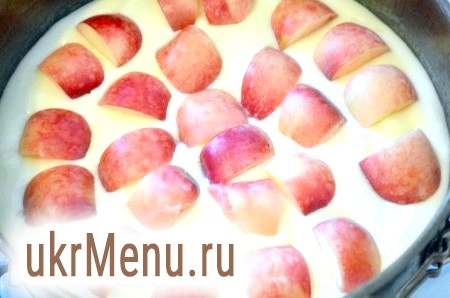 Фото - Тісто викласти у форму 20 см (краще роз'ємну), зверху викласти персики, що не вдавлюючи.