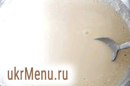 Фото - У теплому молоці (температура 35-37 градусів) розчиняємо дріжджі, сіль, 1 столову ложку цукру і приблизно одна склянка борошна. Консистенція повинна нагадувати млинцеве тісто. Присипаємо отриману масу борошном, накриваємо серветкою або рушником і ставимо в тепле місце на 1-1,5 години. Дуже добре поставити на сонечко миску з опарою.