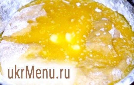 Фото - Потім додаємо розтоплене вершкове масло і вимішуємо руками однорідне, еластичне опарне дріжджове тісто не менше 20 хвилин.