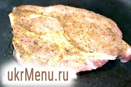 Фото - Потім трохи посолити і спочатку на розпеченій сковороді обсмажити стейк зі свинини з обох сторін приблизно по 1,5 хвилини.