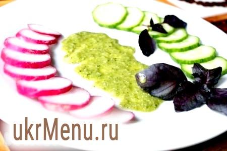 Фото - Для подачі стейка з свинини на плоске блюдо з великим діаметром можна покласти овочеву нарізку, зелень, листя салату і т.д. і полити дно соусом, наприклад, песто.