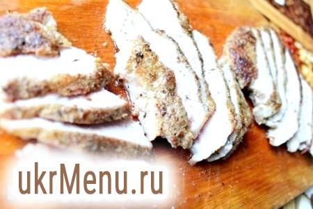 Фото - Потім кожен шматок свинини гострим ножем нарізати навскоси для отримання апетитних скибок.