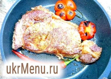 Фото - У сковороду викласти вершкове і рослинне масло, розжарити його і викласти стейк. Обсмажувати яловичину з двох сторін, 2 хвилини на сильному вогні, а потім вогник зменшити і смажити ще 5 хвилин - для отримання стейка з кров'ю, а хто хоче повністю просмажене м'ясо, то смажити по 10 хвилин з кожного боку.