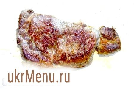 Фото - Обсмажене м'ясо викласти на дерев'яну дошку (можна і на тарілку).