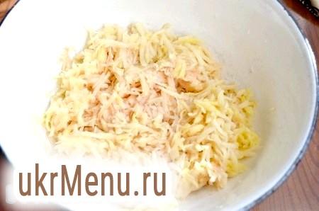 Фото - Очищену картоплю натерти на крупній тертці.