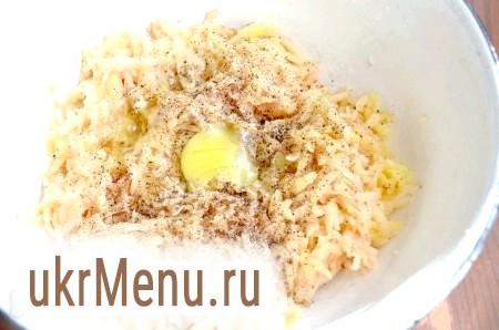 Фото - Додати сіль, перець, яйце, перемішати.