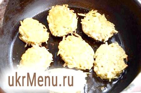 Фото - Столовою ложкою викладати картопляну масу на сковороду з добре розігрітим рослинним маслом. Обсмажувати деруни до золотистого кольору на невеликій кількості рослинного масла. Скласти смачні деруни з картоплі в каструлю або казан.