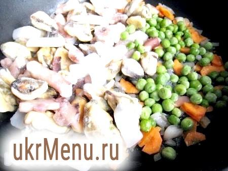 Фото - Моркву і цибулю порізати, обсмажити на олії, посолити і додати горошок, кукурудзу і заморожені морепродукти, згасити в утворився соусі хвилин 5.