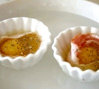 Фото - Крок №3 - У велику форму для запікання наливаємо води стільки, щоб вона доходила до середини наших формочок з яйцамі.Ставім форму в розігріту духовку і доводимо до готовності, яку кожен визначає на свій смак, мені подобається, коли жовток ще рідкий.
