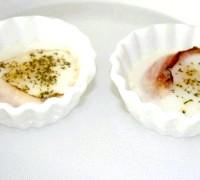 Фото - Крок №4 - Виймаємо форму з духовки з урахуванням того, що в розігрітих керамічних формочка яйця будуть «доходити» ще кілька хвилин.