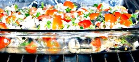 Фото - Відправляємо форму з рибою і овочами в духовку при температурі 190 градусів на 30 хвилин.