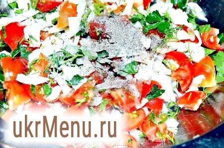 Фото - Перемішуємо цибуля, томати, зелень, додаємо часник, сіль, перець, видавлюємо лимонний сік.