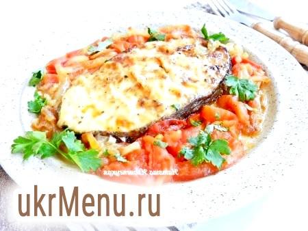 Риба з цибулею та помідорами