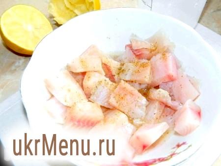 Фото - Тісто розморозити. Порізати філе риби на невеликі шматочки, посолити, поперчити і замаринувати в соку лимона.