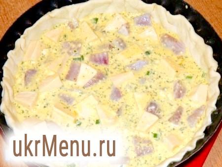 Фото - Залити пиріг і відправити в розігріту духовку при температурі 200 градусів на 45-60 хвилин. На випічці повинна з'явитися красива рум'яна кірочка.