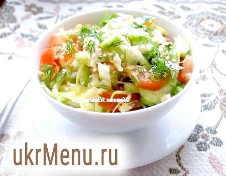 Салат з молодої капусти, помідорів і огірків