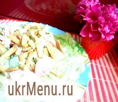 Салат з огірків і помідорів з сухариками і курячою грудкою