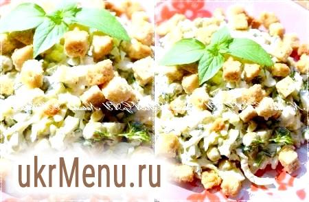 Салат з солоних огірків, горошку і яєць