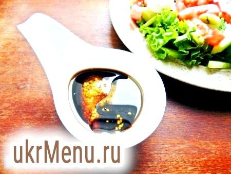 Фото - Для заправки салату змішати оливкове масло, гірчицю і соєвий соус.