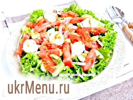 Фото - У салат викласти перепелині яйця, заправити заправкою і подавати. Салат із запеченої свинини, огірків і помідорів готовий.
