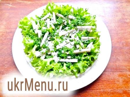 Фото - У тарілку викласти вимиті і обсушені листя салату, попередньо порвавши їх руками. На салат викласти м'ясо, зелена цибуля і часник.