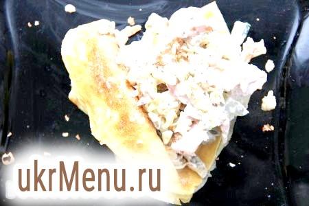 Салат з млинцями і копченою куркою