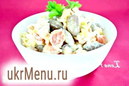 Салат з квасолею, сиром і помідорами