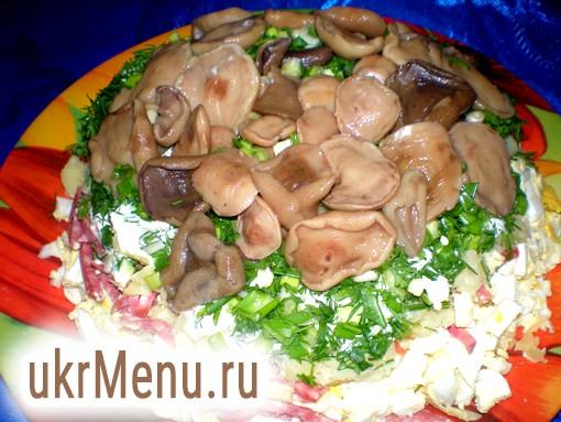 Салат з копченою ковбасою і маринованими грибами рецепт з фото на Віва вумен