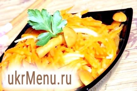 Фото - При подачі на стіл апетитний і смачний салат з корейською морквою і опеньками прикрасити гілочкою свіжої зелені.