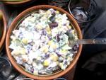 Салат з червоної консервованої квасолею, сухариками та кукурудзою