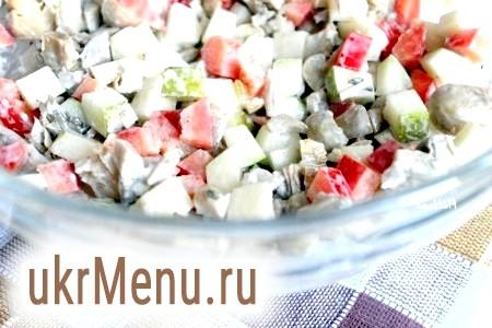 Фото - Мариновані печериці, перець болгарський, грушу і курку з'єднати, заправити салат майонезом і перемішати.