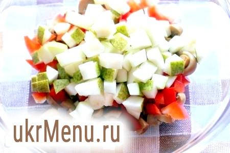 Фото - Грушу (якщо шкірка жорстка, то грушу краще очистити) для салату теж нарізати кубиками.